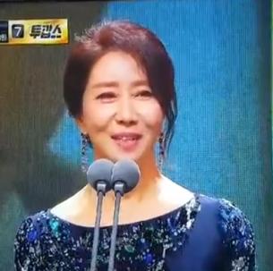 송옥숙(연영79)동문 2017 MBC 연기대상에서  황금연기상 수상